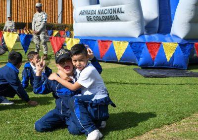 BBVA entrega kits escolares a hijos de tripulantes de la Armada Nacional